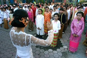 Sejumlah siswi SDN 2 Cakranegara dengan menggunakan baju adat daerah menyanyikan lagu ibu kita  Kartini saat apel peringatan hari Kartini di SDN 2 Cakranegara, Mataram, NTB, Selasa (21/4).